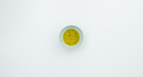 Mezclar 50 ml de caldo con vinagre, mostaza y aceite de oliva, sazonar al gusto con sal y pimienta.
