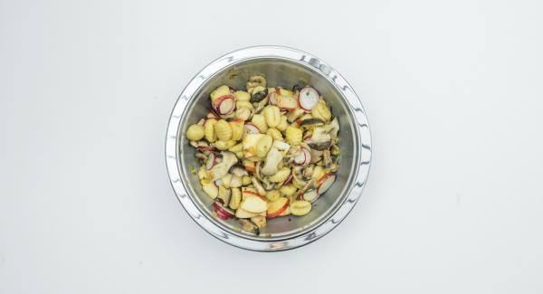 Limpiar y cortar los rábanos en rodajas, lavar la manzana, cortarla en cuartos, quitar las semillas y cortarla en trozos pequeños. Mezclar todos los ingredientes de la ensalada y dejar reposar unos 30 minutos.