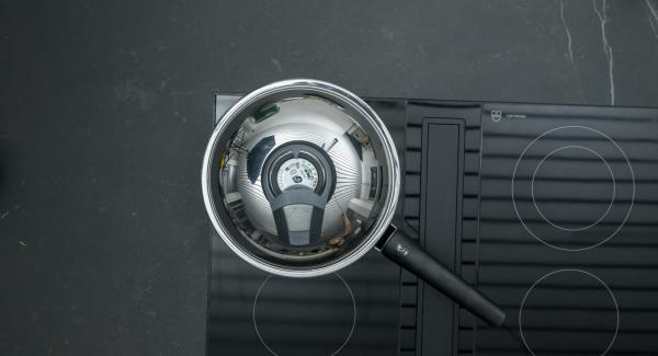 """Cortar las salchichas en rodajas. Colocar la sartén en el fuego a temperatura máxima. Encender el Avisador (Audiotherm), colocarlo en el pomo (Visiotherm) y girar hasta que se muestre el símbolo de """"chuleta""""."""