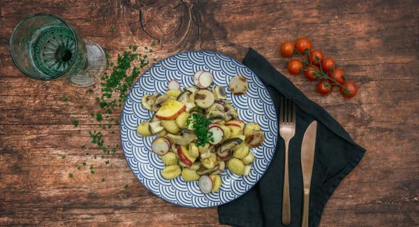 Disponer la ensalada con la salchicha frita, cortar los cebollinos en anillos y espolvorear sobre ellos para servir.