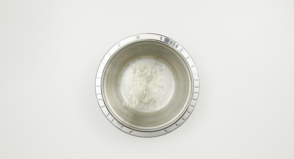 Remojar la gelatina en agua fría.