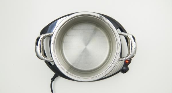 Verter agua (1 L. aprox) en una olla calentar a temperatura máxima (nivel 6) llevando a ebullición. Luego, bajar la temperatura del Navigenio (nivel 2).