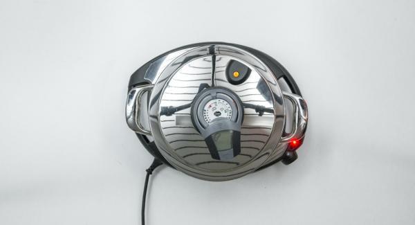 """Tapar la olla con la Tapa Súper-Vapor (EasyQuick) con un aro de sellado de 20 cm. y colocarla en el Navigenio a temperatura máxima (nivel 6). Encender el Avisador (Audiotherm), colocarlo en el pomo (Visiotherm) y girar hasta que se muestre el símbolo de """"chuleta""""."""