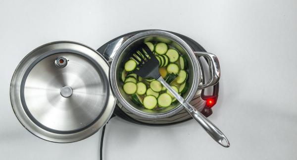 """Cuando el Avisador (Audiotherm) emita un pitido al llegar a la ventana de """"chuleta"""", bajar temperatura de Navigenio (nivel 2), añadir las tiras de bacon y freír. Desglasar con agua o caldo de verduras y añadir los calabacines."""