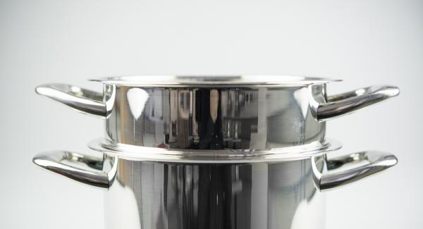 Introducir la pasta en el Accesorio súper-vapor, colocarlo en la olla y colocar EasyQuick con el anillo de sellado a 24 cm por encima.