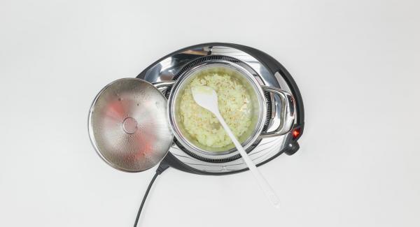 """Cuando el Avisador (Audiotherm) emita un pitido al llegar a la ventana de """"chuleta"""", bajar temperatura de Navigenio (nivel 2) y freír la cebolla. Dejar enfríar las cebollas."""