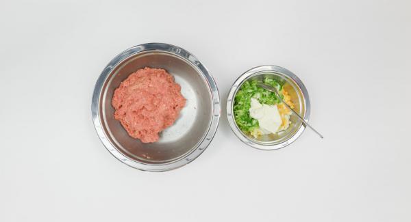 Pelar y picar los huevos hervidos. Limpiar las cebolletas y picarlas muy finas. Mezclar ambos con el resto de la crema agria.