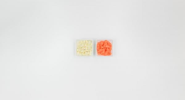 Pelar y picar la zanahoria y perejil.
