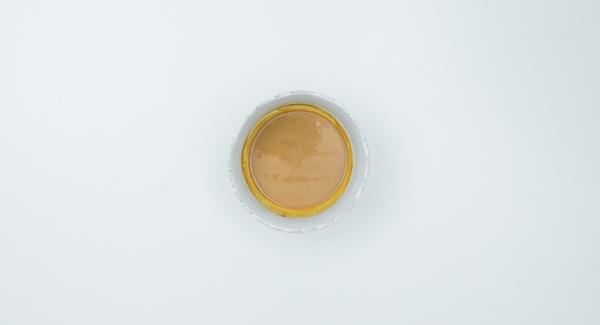 Mezclar la mantequilla de cacahuete con el caldo caliente hasta que esté suave y sazonar al gusto con salsa de soja, un poco de miel y una pizca de pimienta de cayena. Insertar las tiras de carne en los pinchos formando ondas.