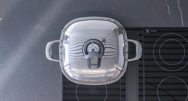 """Cuando el Avisador (Audiotherm) emita un pitido al llegar a la ventana de """"chuleta"""", bajar la temperatura, colocar los pinchos y asar hasta alcanzar los 90º."""