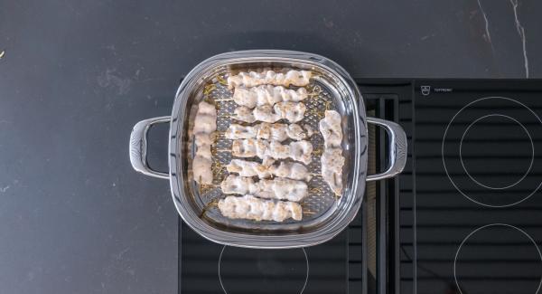 Girar los pinchos y freír el segundo lado hasta alcanzar nuevamente los 90º. Retirar el Arondo del fuego y dejar que los pinchos se cocinen con el calor residual durante unos 5 minutos, dependiendo de su grosor.