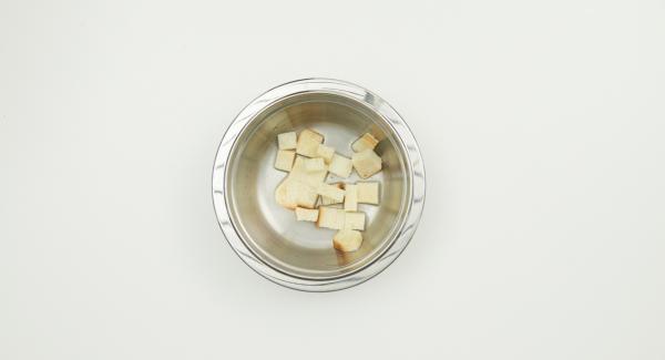Remojar el pan en agua fría. Pelar y trocear la chalota, picar las alcaparras.