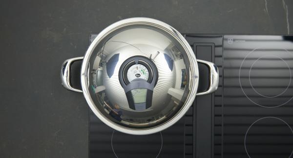 """Cuando el Avisador (Audiotherm) emita un pitido al llegar a la ventana de """"chuleta"""", bajar la temperatura y freír los rulos de pavo por todos los lados."""