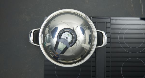 """Añadir el caldo y el tomillo, ajustar el fuego a temperatura máxima, calentar la olla hasta la ventana de """"zanahoria"""", bajar temperatura y cocinar 20 minutos con el Avisador (Audiotherm)."""