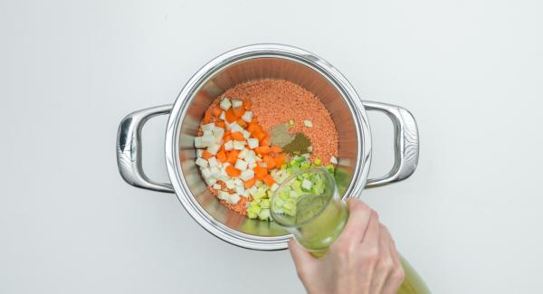 Poner las verduras, el ajo, las lentejas y las especias en una olla. Agregar el caldo y remover.