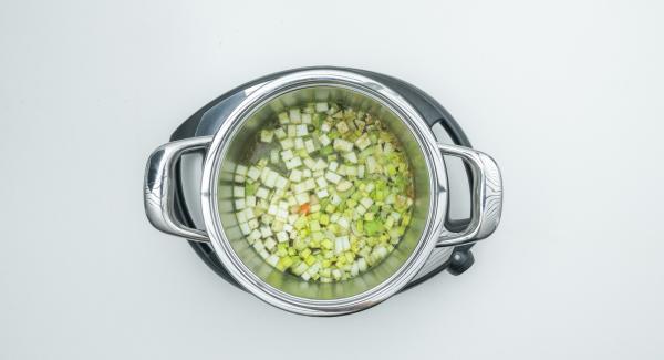 """Colocar la olla en el Navigenio y seleccionar la función (A). Introducir 12 minutos de tiempo de cocción en el Avisador (Audiotherm) y girar hasta que aparezca el símbolo de """"zanahoria""""."""
