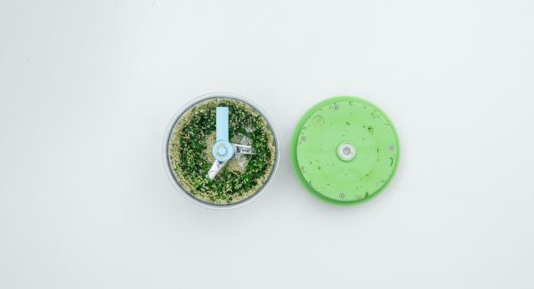 Picar las hierbas en el Quick Cut, añadir las semillas de sésamo, un poco de sal y aceite y trabajar todo hasta obtener una mezcla homogénea.