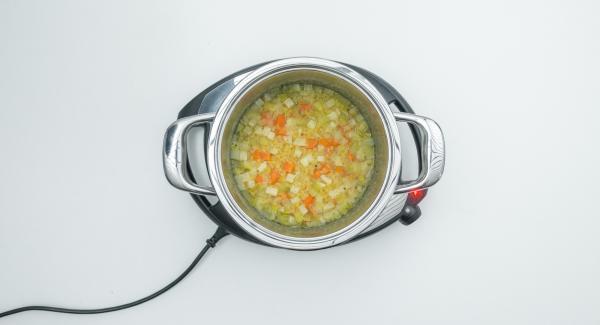 Cuando el Avisador (Audiotherm) emita un pitido al finalizar el tiempo de cocción, triturar la sopa y sazonar con sal, pimienta y vinagre.