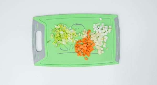 Limpiar las verduras y cortarlas en dados finos.