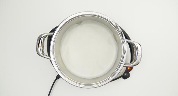 """Cuando el Avisador (Audiotherm) emita un pitido al llegar a la ventana de """"chuleta"""", insertar el papel de hornear, extender la mezcla de muesli y retirar la olla colocándola en su tapa invertida."""