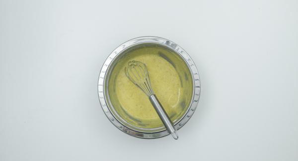 Batir todo hasta que esté espeso y cremoso, luego retirar el bol y continuar batiendo hasta que la salsa se haya enfriado. Extender la salsa espumosa de vino sobre la crema,  tapar y dejar enfriar durante unas 6 horas.