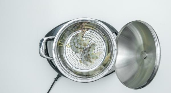 """Cuando el Avisador (Audiotherm) emita un pitido al llegar a la ventana de """"chuleta"""", bajar temperatura de Navigenio (nivel 2), introducir las brochetas. Tapar y freír hasta alcanzar los 90º C."""