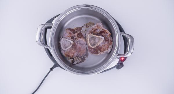 """Cuando el Avisador (Audiotherm) emita un pitido al llegar a la ventana de """"chuleta"""", colocar la carne en la olla, presionar ligeramente y volver a colocar el Avisador (Audiotherm) en el símbolo de """"chuleta"""". Al alcanzar la temperatura de los 90º, dar la vuelta a la carne y terminar de dorar."""