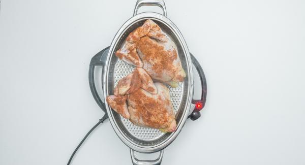 """Cuando el Avisador (Audiotherm) emita un pitido al llegar a la ventana de """"chuleta"""", bajar temperatura de Navigenio (nivel 4) y colocar los pollos con las pechugas hacia abajo. Tapar."""