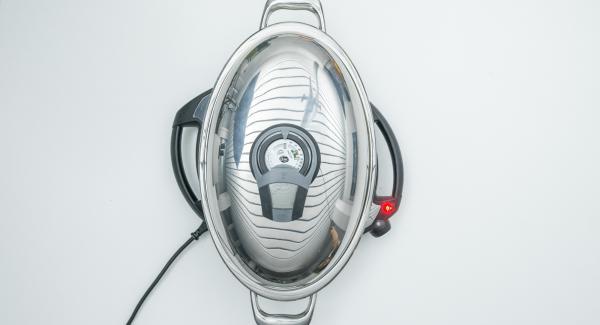 Asar con la ayuda del Audiotherm hasta alcanzar la temperatura de 90 °C. Girar el pollo y tapar.