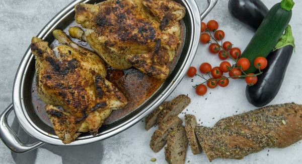 Cuando el Avisador (Audiotherm) emita un pitido al finalizar el tiempo de cocción, retirar el pollo y servir con la salsa.