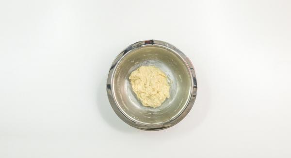 Calentar ligeramente la leche con mantequilla en una olla, agregar la harina y trabajar todo hasta obtener una masa suave.