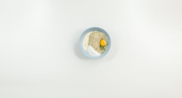 Mezclar los ingredientes para el relleno. Extender la masa en un rectángulo, repartir el relleno sobre ella y enrollarla por el lado largo.