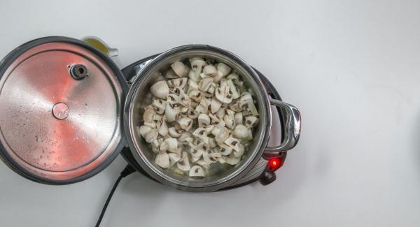 Añadir los champiñones, freír brevemente y desglasar con vino blanco.