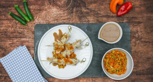 Servir con la mezcla de pimientos y la salsa de cacahuete.