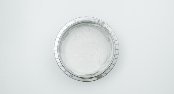Batir la nata líquida a punto de nieve, mezclar con el requesón y el azúcar de vainilla. Escurrir las cerezas y las frambuesas y mezclar cuidadosamente en una lasañera mediana.