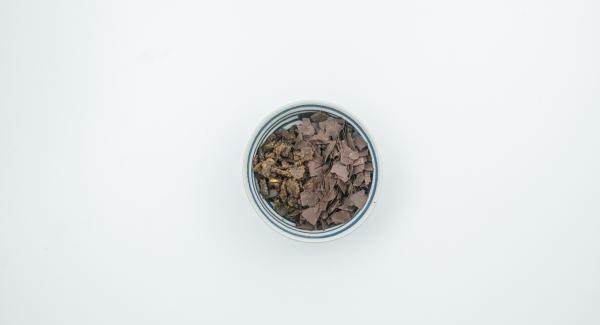 Añadir la masa de nata y requesón. Mezclar las migas de pan de centeno con el chocolate rallado, espolvorear sobre ellas y servir inmediatamente.