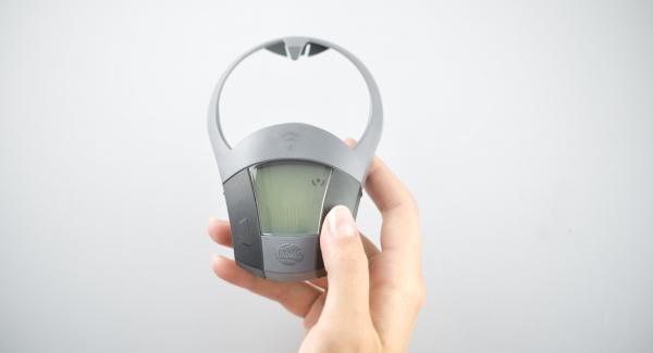 """Pelar y picar la cebolla, ponerla en una olla pequeña y tapar. Colocar la olla en el Navigenio a temperatura máxima (nivel 6). Encender el Avisador (Audiotherm), colocarlo en el pomo (Visiotherm) y girar hasta que se muestre el símbolo de """"chuleta""""."""