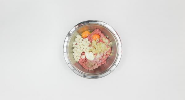 Cortar el pan en dados pequeños, rociar con leche. Mezclar con cebolla asada, carne picada, huevos, 1 cucharada de crema agria, sal y pimienta.