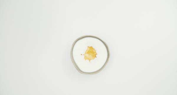 Mezclar el yogur con leche y miel o jarabe de arce.