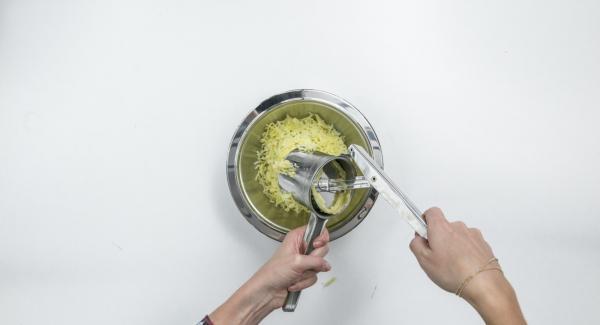 Pelar las patatas, dejar enfriar y prensar o rallar en trozos grandes.