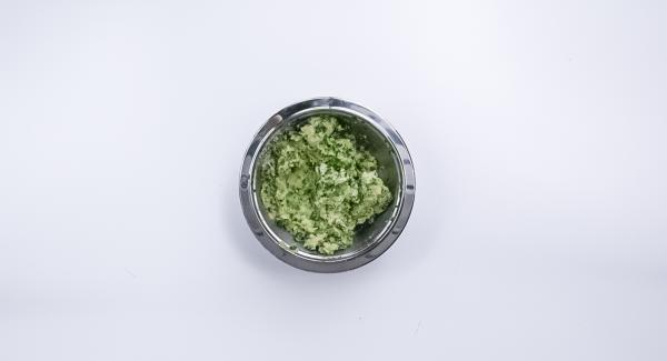 Pelar la cebolla, limpiar las espinacas y picarlas en un Quick Cut. Amasar las patatas y las espinacas con huevo, parmesano y pan rallado y sazonar con sal, pimienta y nuez moscada.