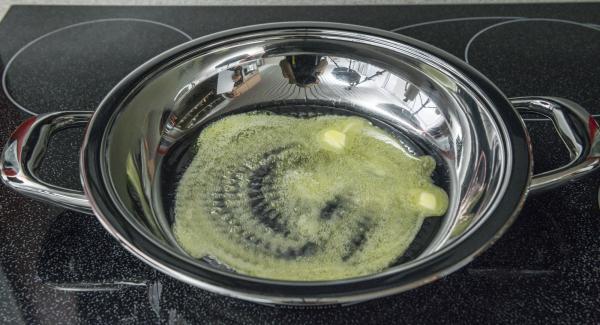 Poner mantequilla en una olla caliente. Ajustar el Navigenio a temperatura máxima (nivel 6). En cuanto la mantequilla empiece a hacer espuma, distribuirla por toda la sartén y coloque las hamburguesas.