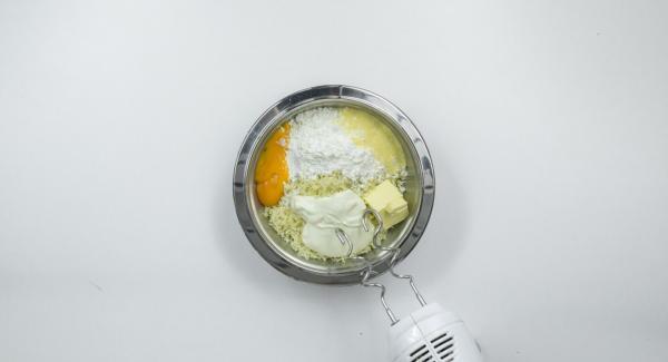 Aplastar las patatas con una prensa de patatas o triturarlas finamente. Amasar con mantequilla, sémola, Maizena, requesón, sal y yema de huevo. Cubrir con film transparente y dejar reposar durante aprox. 1 hora.