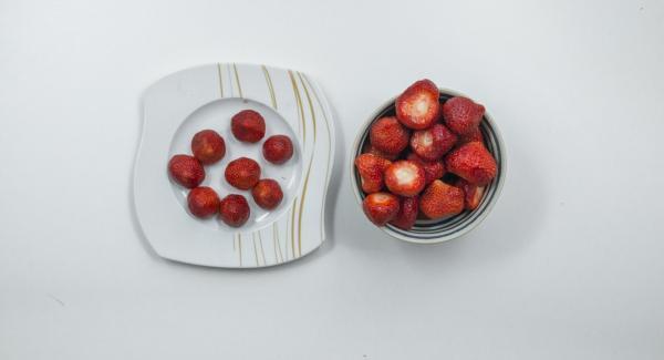 Limpiar las fresas y reservar 8 de tamaño mediano para el relleno.