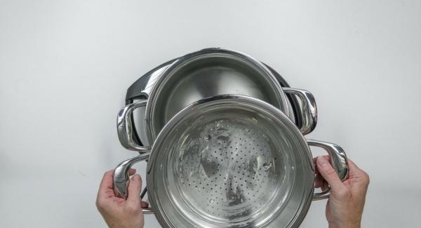 Verter agua (unos 150 ml) en una olla. Colocar las albóndigas en la Softiera, introducir en la olla y tapar con la Tapa Súper-Vapor (EasyQuick) con un aro de sellado de 24 cm.