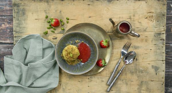 Sacar las albóndigas de la Softiera y rebozarlas en el pan rallado. Disponer en platos y servir con salsa de fresa.