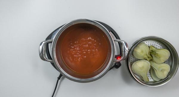 Despresurizar la Tapa Rápida (Secuquick Softline) pulsando el botón amarillo y retirar. Sacar la Softiera con el hinojo. Poner el tomate y la pasta de tomate en la olla y mezclar. Sazonar con sal y pimienta y hervir.
