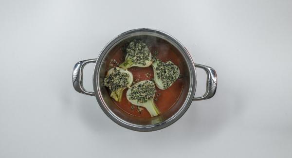 Colocar la olla en una tapa invertida, introducir el hinojo en la salsa de tomate y untar la mezcla de aceitunas en las mitades de hinojo.