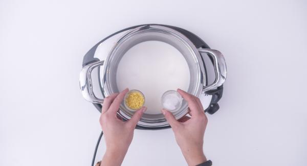 Verter la leche en la olla junto con una parte de la ralladura de limón y la vainilla. Ajustar el Navigenio a temperatura máxima (nivel 6) y calentar durante unos 3/4 minutos.