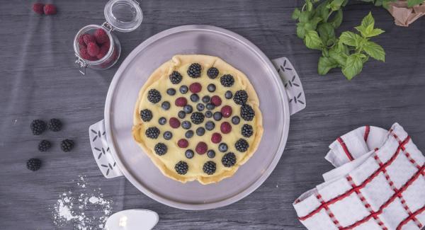 Tan pronto como la tarta se haya enfriado, sacarlo de la olla y añadir la crema. Dejar enfriar por completo, añadir las frutas y disfrutar.